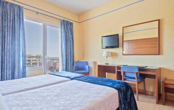 Habitación doble, baño con ducha y con balcón vista al mar y Via Augusta