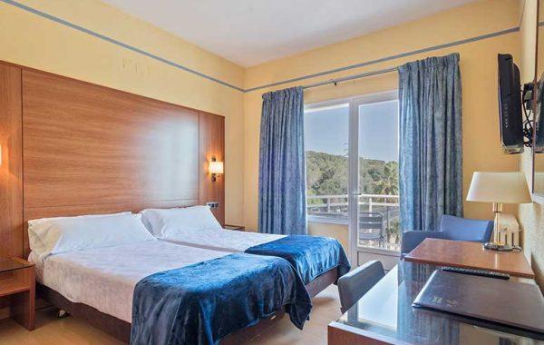 Habitación Doble, baño con bañera y balcón vista mar y a la Via Augusta