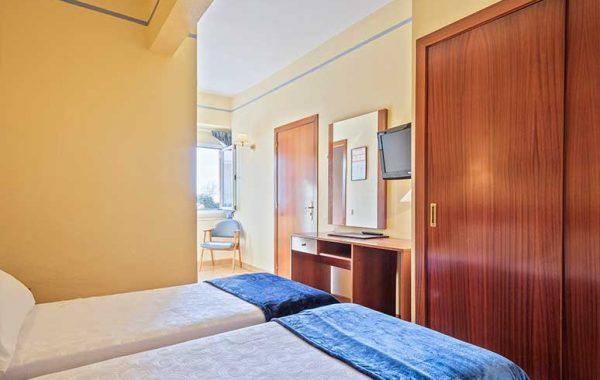 Ground floor double room with window overlooking the garden and parking