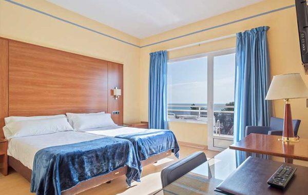 Habitación Doble con dos camas, baño con bañera y balcón con vistas al mar