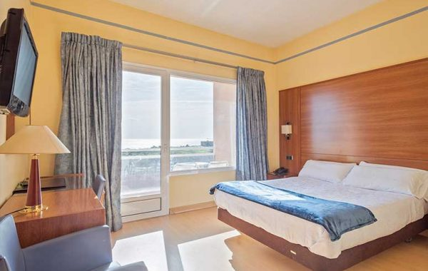 Habitación Doble con cama de matrimonio, baño con bañera y balcón con vistas al mar
